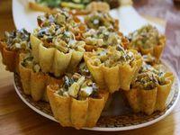 Бисквитные корзиночки с салатом из грибов и фасоли