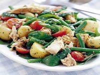 Салат из курицы и стручков бобов