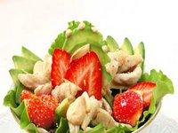 Салат из курицы с клубникой и авокадо