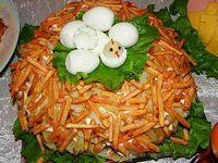 Салат слоеный с курицей и картофелем фри